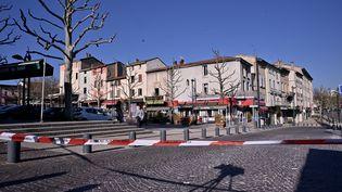 Le centre-ville de Romans-sur-Isère (Drôme) après qu'un homme a tué deux personnes et en a blessé cinq autres avec un couteau, le 4 avril 2020. (JEFF PACHOUD / AFP)