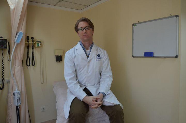 Le docteur Richard Saint Cyr, le 22 janvier 2014 au Beijing United Family Hospital de Pékin (Chine). (THOMAS BAIETTO / FRANCETV INFO)