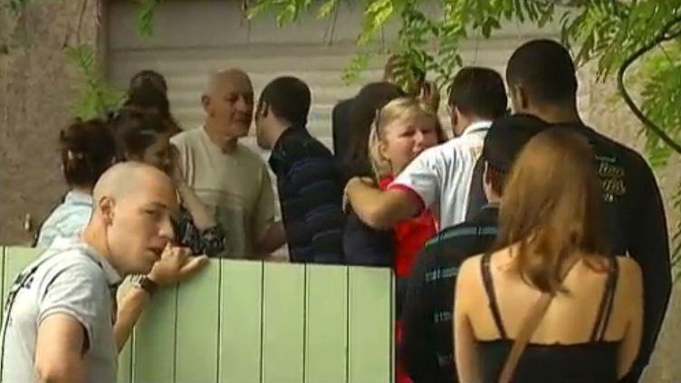 Depuis l'annonce de la mort de leur fils, la famille Lumineaux reçoit les condoléances des proches de Pierre Olivier dans leur maison de Saint-Gely-du-Fesc dans l'Hérault, dimanche 10 juin 2012. (FTVI / CAPTURE D'ECRAN)