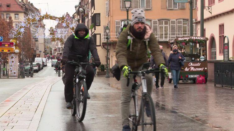 Des cyclistes dans les rues de Strasbourg. (FRANCEINFO)