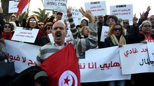 Des Tunisiens manifestent devant le Parlement à Tunis contre le retour des djihadistes dans leur pays. 24 décembre 2016. (FETHI BELAID / AFP)