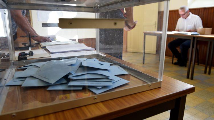 Un bureau de vote, à Authon-du-Perche (Eure-et-Loir), lors du second tour des législatives, le 18 juin 2017. (GUILLAUME SOUVANT / AFP)