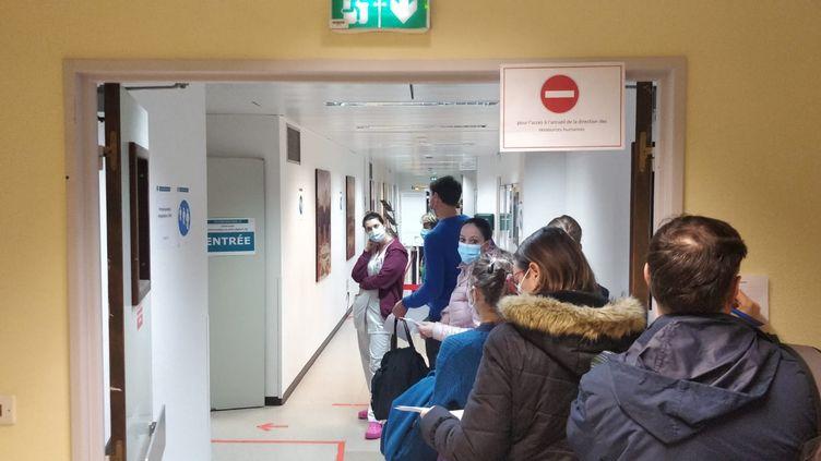 Les premières injections du vaccin AstraZeneca au centre hospitalier André-Mignot à Versailles (Yvelines), le 7 février 2021. (ERIC AUDRA / RADIO FRANCE)