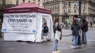 Une tente installée à Paris pour effectuer des tests de dépistage du Covid-19, le 10 avril 2021. (MAGALI COHEN / HANS LUCAS / AFP)