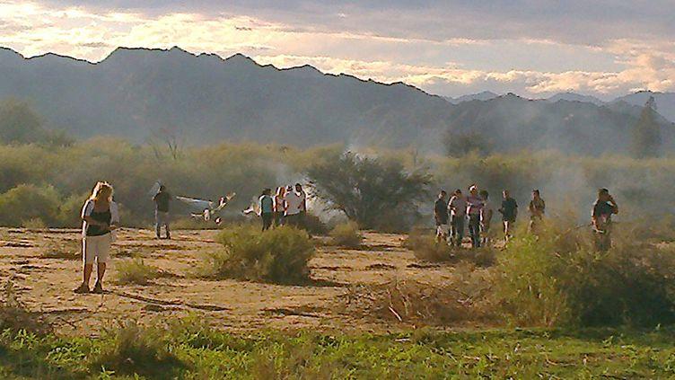 """Les restes d'un des deux hélicoptères accidentés lors du tournage de l'émission """"Dropped"""", près de Villa Castelli en Argentine, le9 mars 2015. (GABRIEL GONZALEZ / AFP)"""