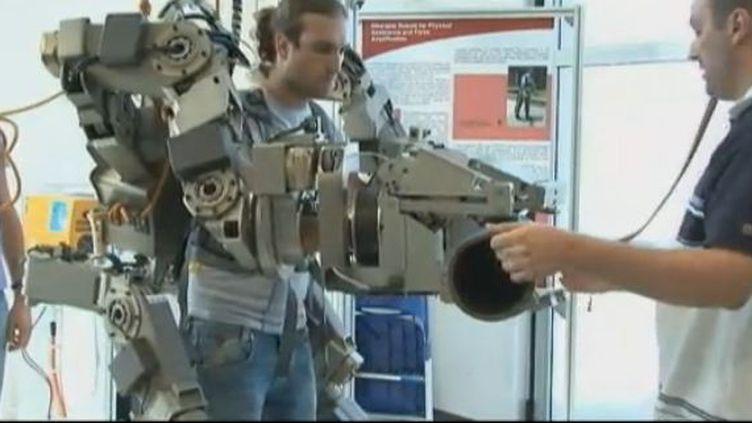 """Capture d'écran JT 20H 26 juillet 2012.Les ingénieurs de l'Institut scientifique de Pise (Italie) qui travaillent sur les d'exosquelettes ou """"squelette extérieur"""" (FRANCE 2)"""