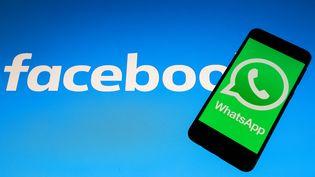 L'application WhatsApp a été rachetée par Facebook en 2014, pour 19 milliards de dollars. (MAHMUT SERDAR ALAKUS / ANADOLU AGENCY / AFP)