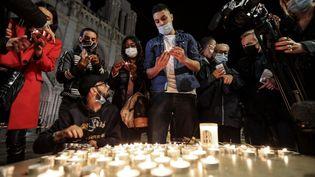 Des bougies allumées par des personnes venues se reccueillir devant la Basilique Notre-Dame de l'Assomption, à Nice (Alpes-Maritimes), le 29 octobre 2020. (VALERY HACHE / AFP)
