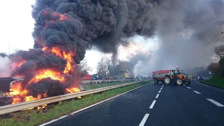 Des agriculteurs manifestent sur la RN12 près de Guingamp (Côtes-d'Armor), le 22 janvier 2016. (MAXPPP)