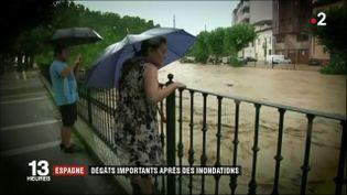 La crue de la rivière Cidacos en Espagnea provoqué d'importants dégâts dès lundi 8 juillet. Un homme a été emporté par un torrent d'eau. (FRANCE 2)
