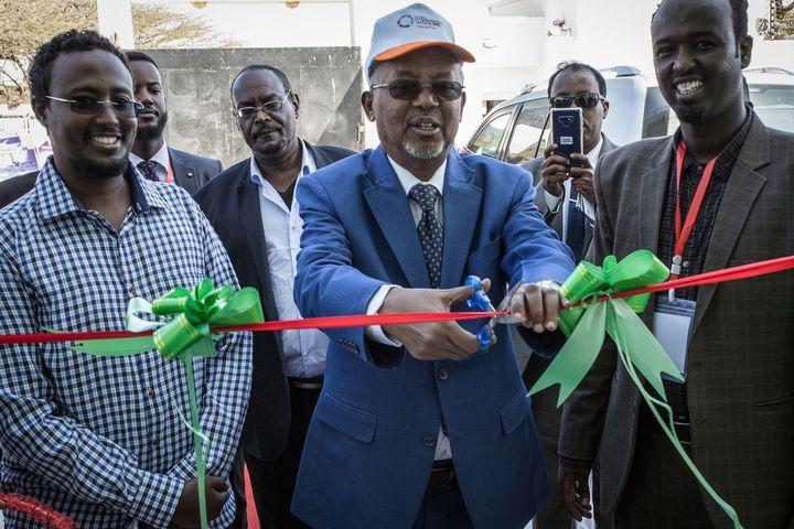 """Le vice-président du Somaliland,Abdirahman Saylici, inaugure le premier """"pôle de l'innovation et de l'entreprise"""" lors de la Semaine de l'entrepreneuriat global à Hargeisa, capitale de cette république autoproclamée, le 12 novembre 2018. (MUSTAFA SAEED / AFP)"""