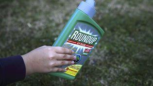 Le produit Rondup de Monsanto à base de glyphosate, le 23 février 2018. (ERIC GUILLORET / BIOSGARDEN / AFP)