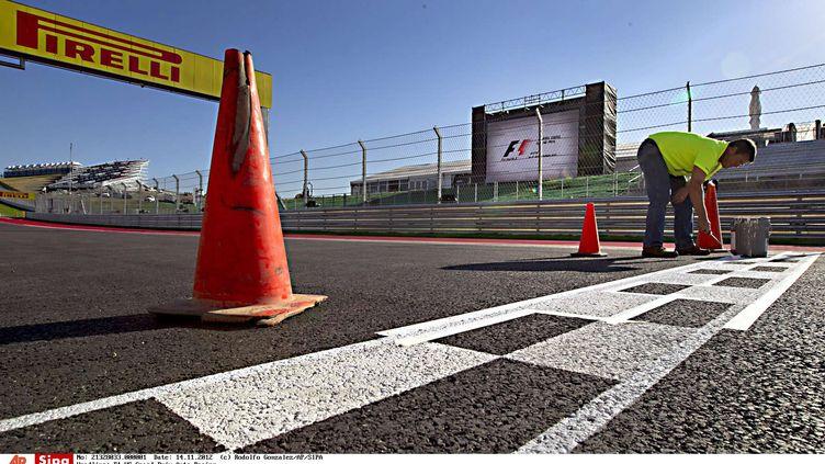 Un technicien du Grand Prix des Etats-Unis met la dernière main à la ligne d'arrivée, le 14 novembre 2012 à Austin (Texas). (RODOLFO GONZALEZ /SIPA )