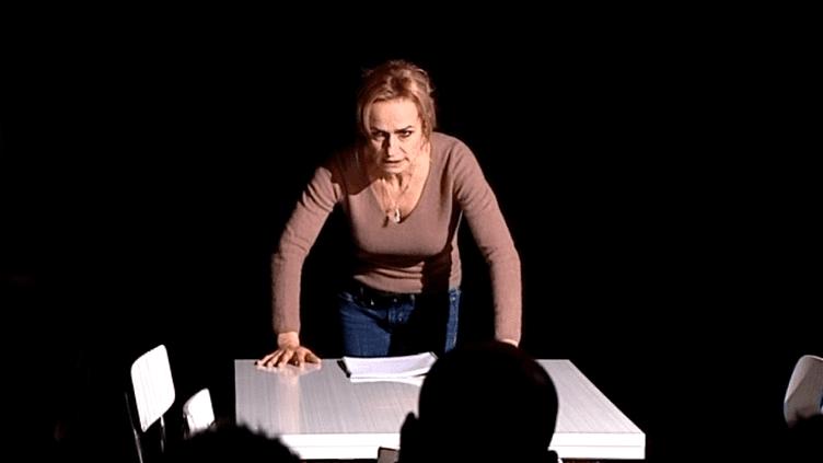 """Sandrine Bonnaire joue """"L'odeur des planches"""" à la maison d'arrêt de Valence  (France 3 / Culturebox capture d'écran)"""
