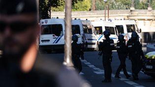 Des CRS et des gendarmes patrouillent devant le Palais de Justice de Paris, le 8 septembre 2021. (THOMAS COEX / AFP)