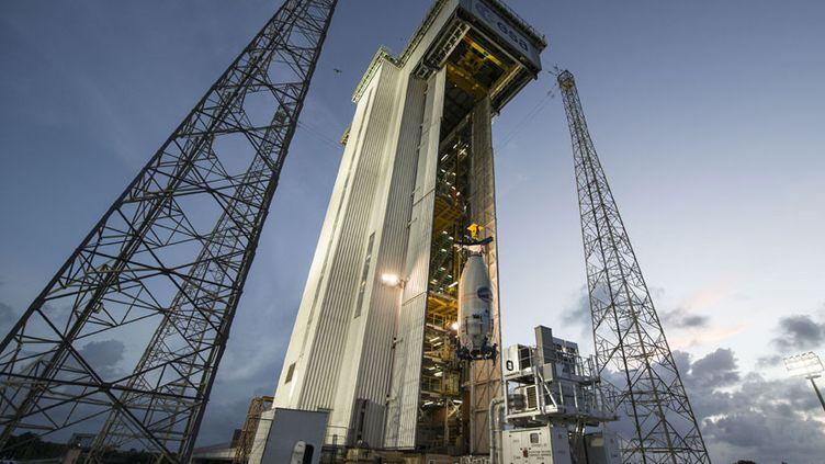 L'IXV,petit avion spatial expérimental européen,fixé à la fusée Vega sur le pas de tir de Kourou (Guyane), le 30 janvier 2015. (AFP / CNES/CSG)
