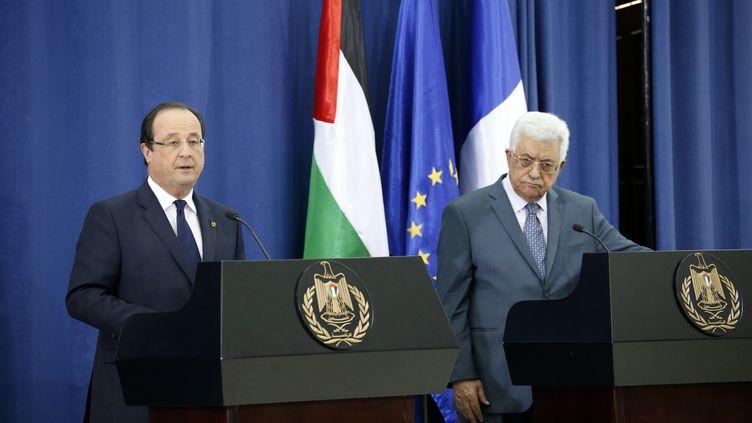 Le président français, François Hollande, et le président de l'Autorité palestinienne, Mahmoud Abbas, le 18 novembre 2013 à Ramallah (Cisjordanie). (MARCO LONGARI / AFP)