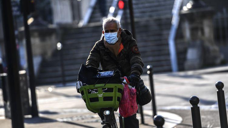 """""""Même s'il y avait 10 ou 20% des gens qui utilisent le métro, quise mettaient au vélo tous les jours, ce serait une révolution."""", affirme Olivier Blond qui espère une prise de conscienceécologique avec le coronavirus. (CHRISTOPHE ARCHAMBAULT / AFP)"""