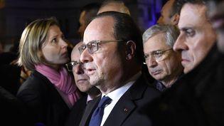 François Hollande, entouré des ministres Bernard Cazeneuve et Manuel Valls, s'exprime a proximité du Bataclan dans la nuit du 13 au 14 novembre 2015. (MIGUEL MEDINA / AFP)