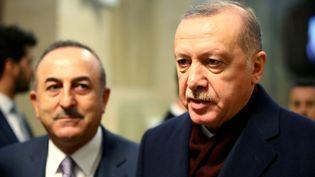 Le président turc, Recep Tayyip Erdogan (à droite), avec le ministre des Affaires étrangères,Mevlut Cavusoglu, le 17 décembre 2019 (REUTERS - DENIS BALIBOUSE / X90072)