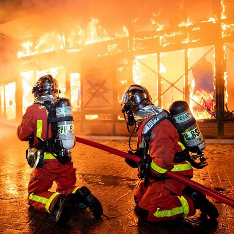 La Brigade de sapeurs-pompiers de Paris (BSPP), le 18 août 2019, en action lors d'un incendie du marché couvert de Levallois-Perret (Hauts-de-Seine). (MARC LOUKACHINE / BRIGADE DE SAPEURS-POMPIERS DE P)