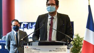 Sebastien Soriano,président de l'Arcep, le régulateur des télécoms (au premier plan) etCedric O,secrétaire d'État au numérique, lors de la mise enchèresdes premières fréquences 5G à destination des opérateurs français, à Massy (Essonne), le 1er octobre 2020. (ERIC PIERMONT / AFP)