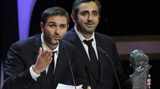 """Olivier Nakache (à gauche) et Eric Toledano (à droite) reçoivent le Goya du meilleur film européen à Madrid pour """"Intouchables"""" (17 février 2013)  (Eduardo Dieguez / AFP)"""