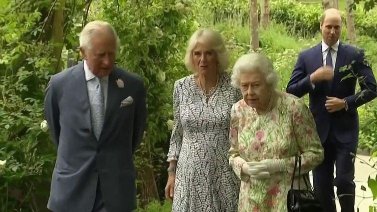 Après son hospitalisation le 20 octobre pour des raisons encore inconnues, la reine d'Angleterre, âgée de 95 ans, doit renoncer à se déplacer à la COP26, à Glasgow. (CAPTURE ECRAN FRANCE 2)