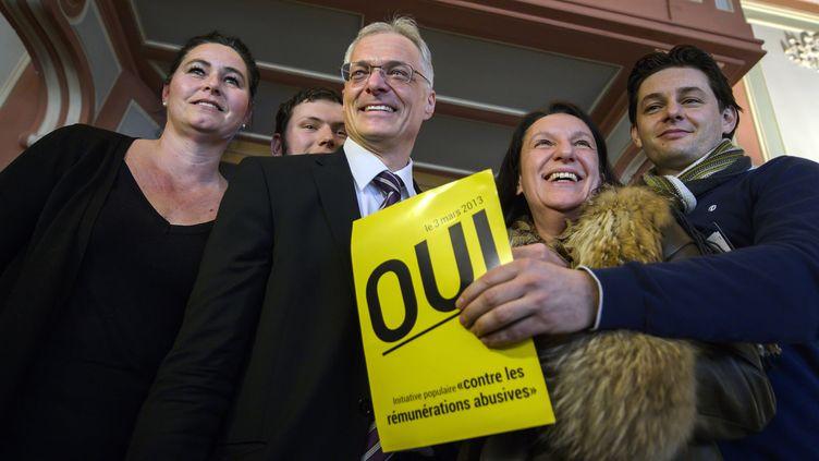 Le sénateur Thomas Minder (c) pose avec des membres du comité de soutien à l'initiative populaire, le 3 mars 2013 à Schaffhausen (Suisse). (FABRICE COFFRINI / AFP)