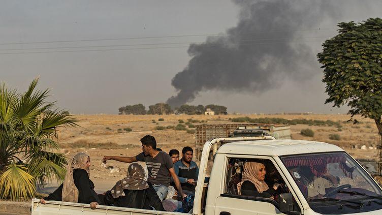 Des hommes et des femmes fuient les combats dans le Nord de la Syrie, le 9 octobre 2019. (DELIL SOULEIMAN / AFP)