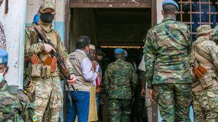 Dessoldats de la force internationale Minusca et des agents de sécurité russes déployés devant un bureau de vote à Bangui, le 27 décembre 2020, pour assurer la sécurité du président Faustin Archange Touadera. (NACER TALEL / ANADOLU AGENCY)