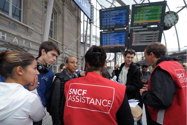La loi sur le service garanti dans les transports en commun oblige les entreprises à mieux informer les usagers en cas de grève. (FREDERICK FLORIN / AFP)