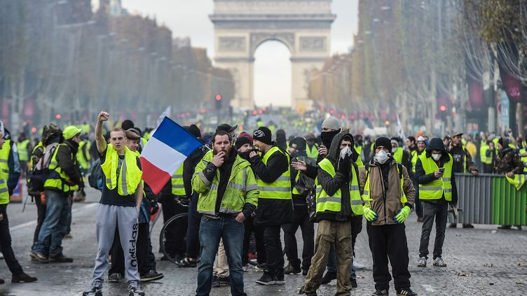 """Des """"gilets jaunes"""" sur les Champs-Elysées, le 24 novembre 2018 à Paris. (LUCAS BARIOULET / AFP)"""