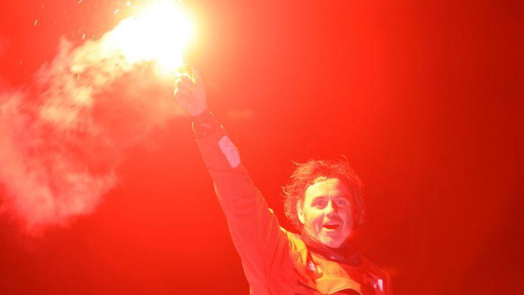 Le skipper Yannick Bestaven, lors de son arrivée aux Sables d'Olonne (Vendée), dans la nuit du 27 au 28 janvier 2021. (JEAN-FRANCOIS MONIER / AFP)