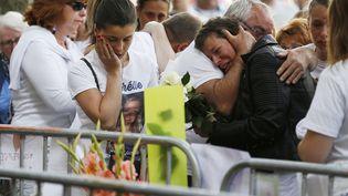 """Voulu par les familles des victimes, ce rassemblement d'environ 350 personnes, s'est tenu avenue Jacques-Cartier, dans le centre de Rouen, devant l'entrée du bar """"Au Cuba Libre"""", jeudi 11 aout. (CHARLY TRIBALLEAU / AFP)"""