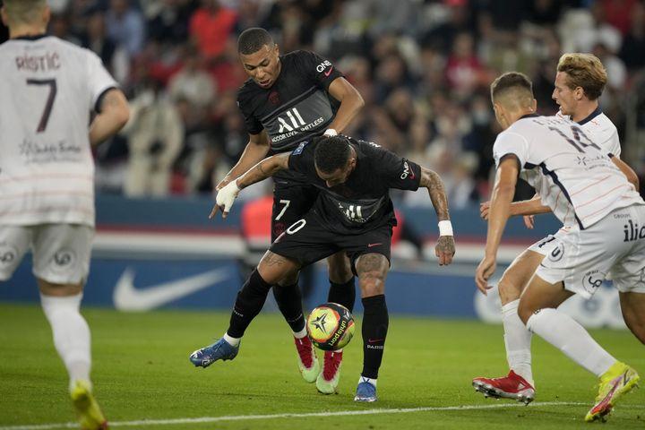 Face à Montpellier, Kylian Mbappé et Neymar ne se sont pas entendus sur le terrain et le Français est sorti frustré de la rencontre. (CHRISTOPHE ENA / AP)