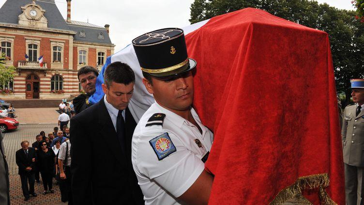 Les obsèques de l'adjudantStéphane Moralia, tué le 27 juin 2012 par une équipe d'orpailleurs en Guyane, le 5 juillet 2012 à Carmaux (Tarn). (JEAN-MARIE LAMBOLEY / /LA DEPECHE DU MIDI / MAXPPP)