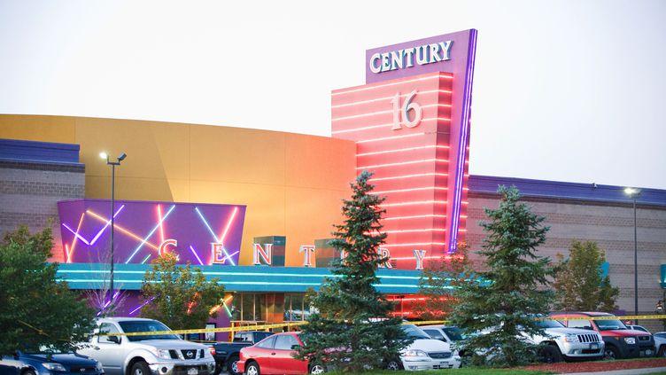 Le cinéma d'Aurora (Colorado, Etats-Unis) où un homme a ouvert le feu,vendredi 20 juillet, lors de la projection deBatman : The Dark Knight Rises, faisantau moins 12 morts et des dizaines de blessés. (JONATHAN CASTNER / AFP)