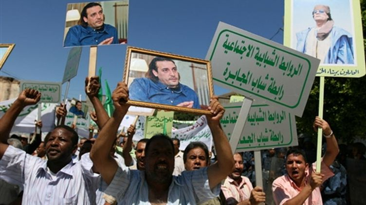 Manifestation devant l'ambassade de Suisse à Tripoli le 24 juillet 2008 (AFP - Mahmud Turkia)