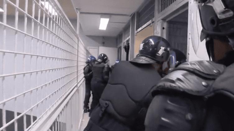 À Agen, dans le Lot-et-Garonne, l'École nationale d'administration pénitentiaire forme les futurs surveillants de prison, au plus près des difficultés du métier. (France 2)