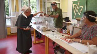 Une religieuse vote dans une école de Strasbourg le 28 juin 2020 pour le second tour des élections municipales. (FREDERICK FLORIN / AFP)