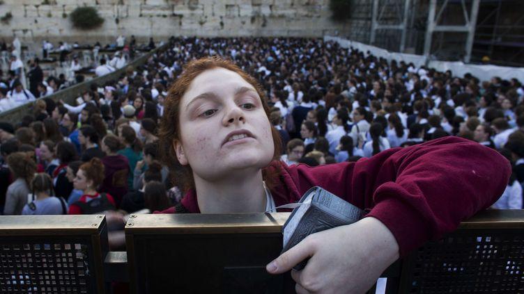 Des femmes prient devant la partie du Mur des lamentations réservée aux hommes, pour la première fois, sous la protection de la police, le 10 mai 2013 à Jérusalem. (BERNAT ARMANGUE / AP / SIPA )