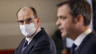 Le Premier ministre Jean Castex et le ministre de la Santé Olivier Véran, lors d'une conférence de presse le 7 janvier 2021. (LUDOVIC MARIN / POOL / AFP)