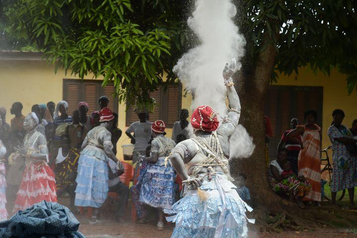 Des komians, prêtresses traditionnelles, lors d'une cérémonie de purification d'une femme veuve à Amélékia le 28 novembre 2018 (SIA KAMBOU / AFP)