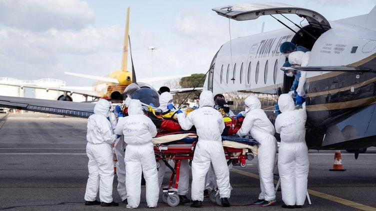 Trois patients atteints du Covid-19 sont transférés le 16 mars 2021 par avion à Toulouse, depuis Nice, afin d'éviter une saturation des lits de réanimation dans la region Provence-Alpes-Côte d'Azur. (ADRIEN NOWAK / HANS LUCAS / AFP)