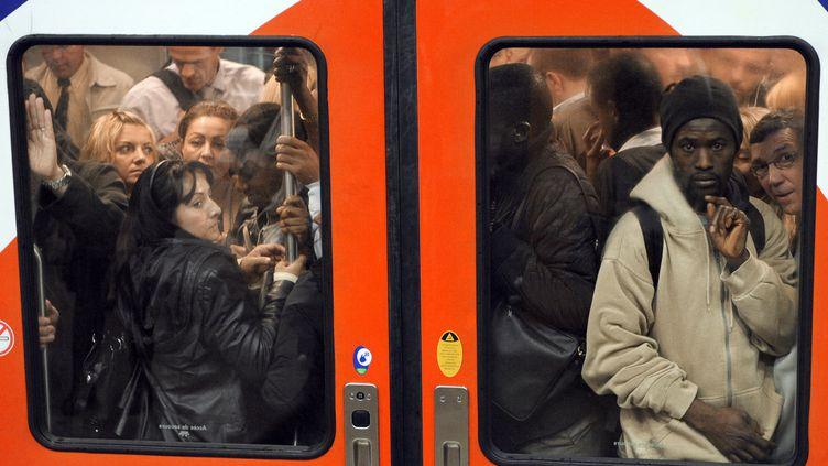 Des voyageurs dans une rame du RER B, le 21 juin 2011 à la gare du Nord, à Paris. (BERTRAND GUAY / AFP)