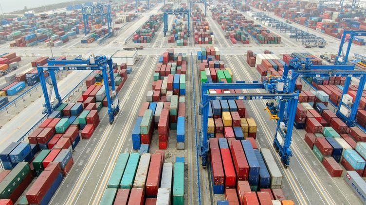 Une vue aérienne de conteneurs dans le port chinois de Nantong, le 24 novembre 2019. (XU CONGJUN / IMAGINECHINA / AFP)