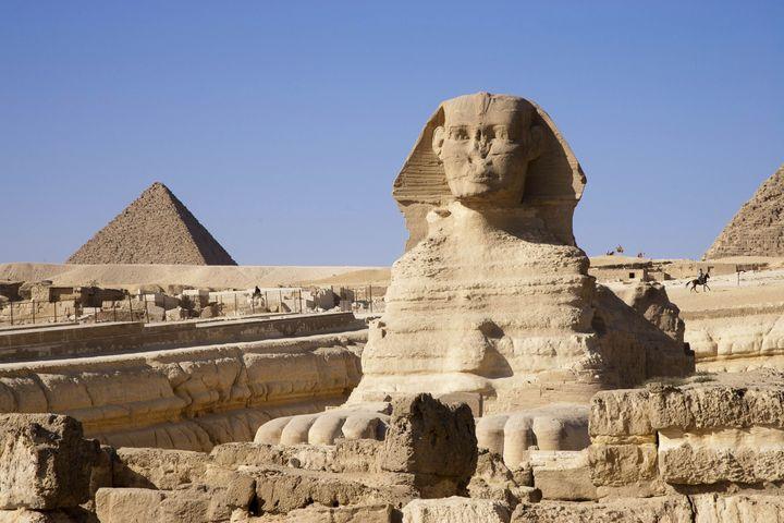 Le sphinx veille sur les pyramides de Guizeh en Egypte. (JACQUES SIERPINSKI / AURIMAGES / JACQUES SIERPINSKI)