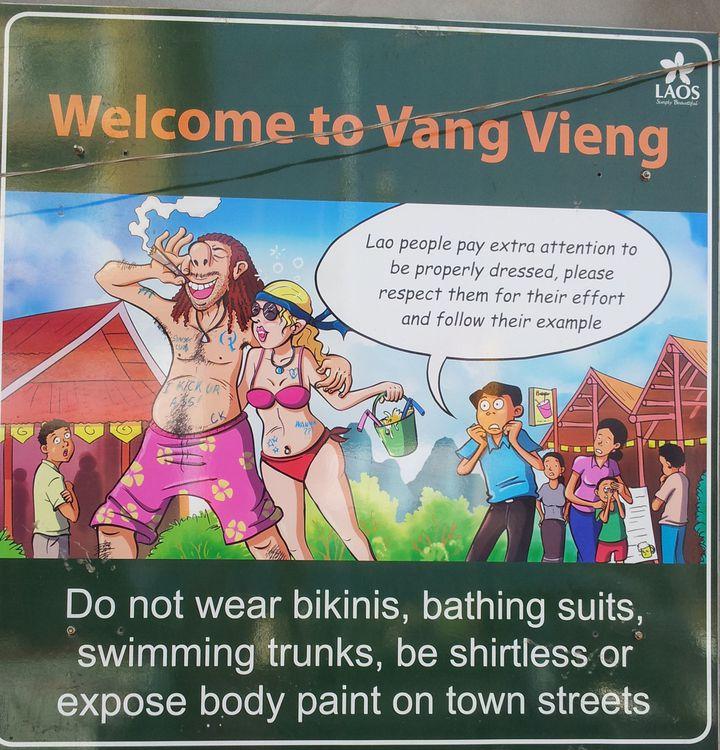 """Un panneau d'affichage, dans la ville de Vang Vieng où il est interdit aux touristes de porter des bikinis ou des maillots de bains. """"Les Laotiens font très attention au fait d'être habillé de manière décente"""", peut-on lire. (DR)"""