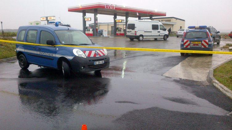 """Des véhicules de gendarmerie autour de la station-service où ont été repérés les suspects de l'attaque de """"Charlie Hebdo"""",à proximité de Villers-Cotterêts (Aisne), le 8 janvier 2015. (FRANCOIS BECKER / AFP)"""